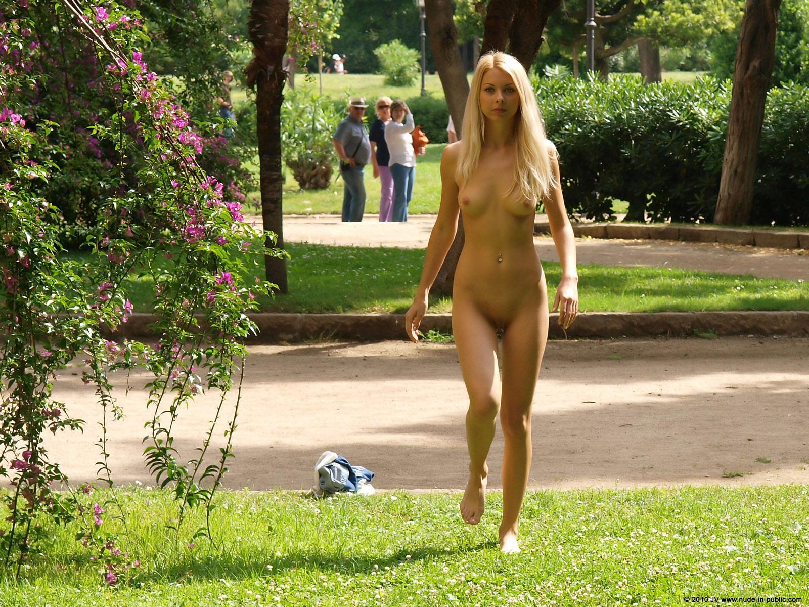 judita-blonde-naked-in-park-barcelona-public-11