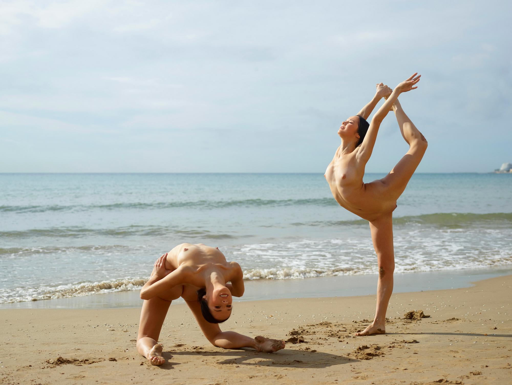 гимнастки резвятся на пляже порно