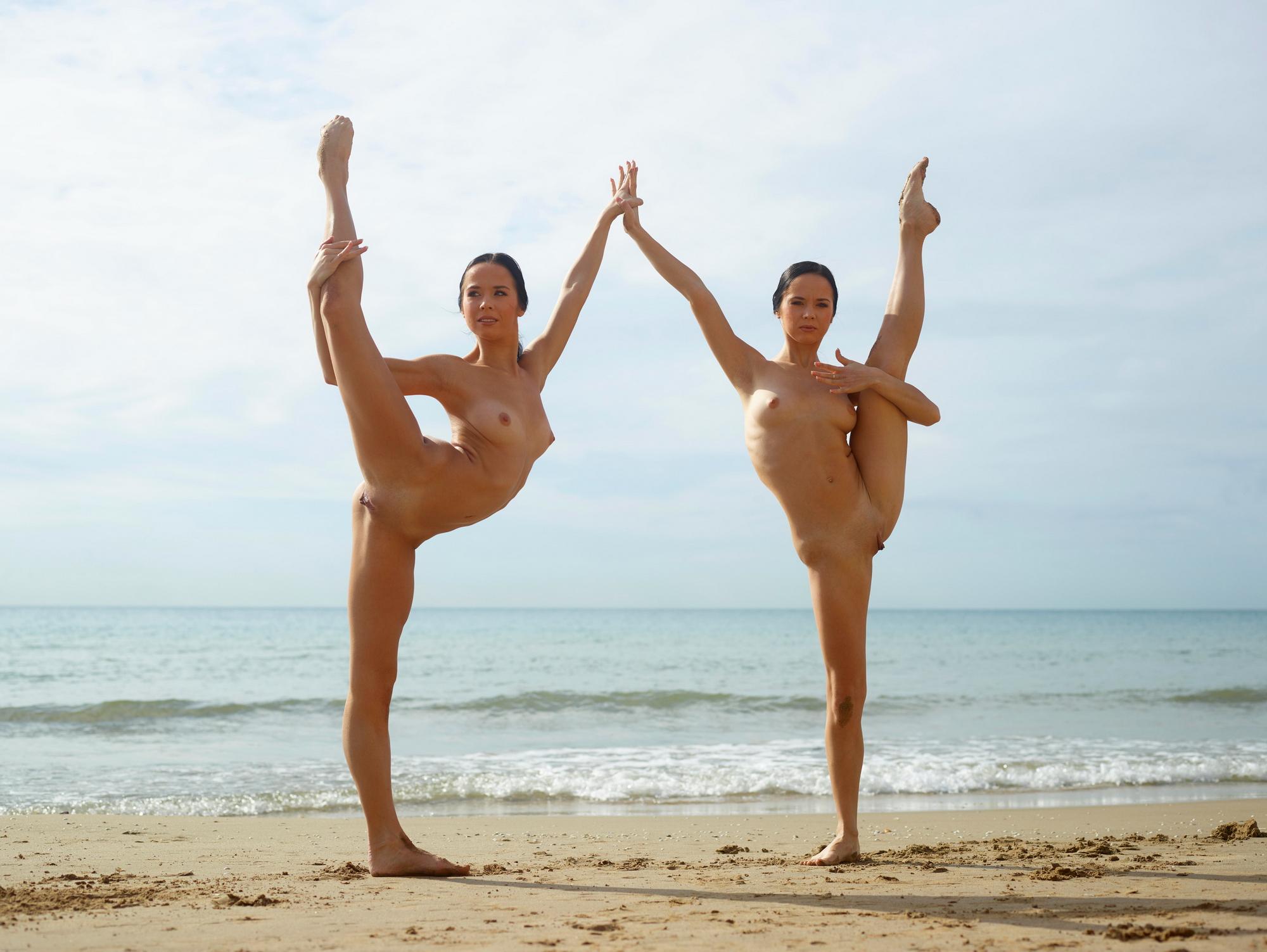 минуту две голые гимнастки на пляже гордым