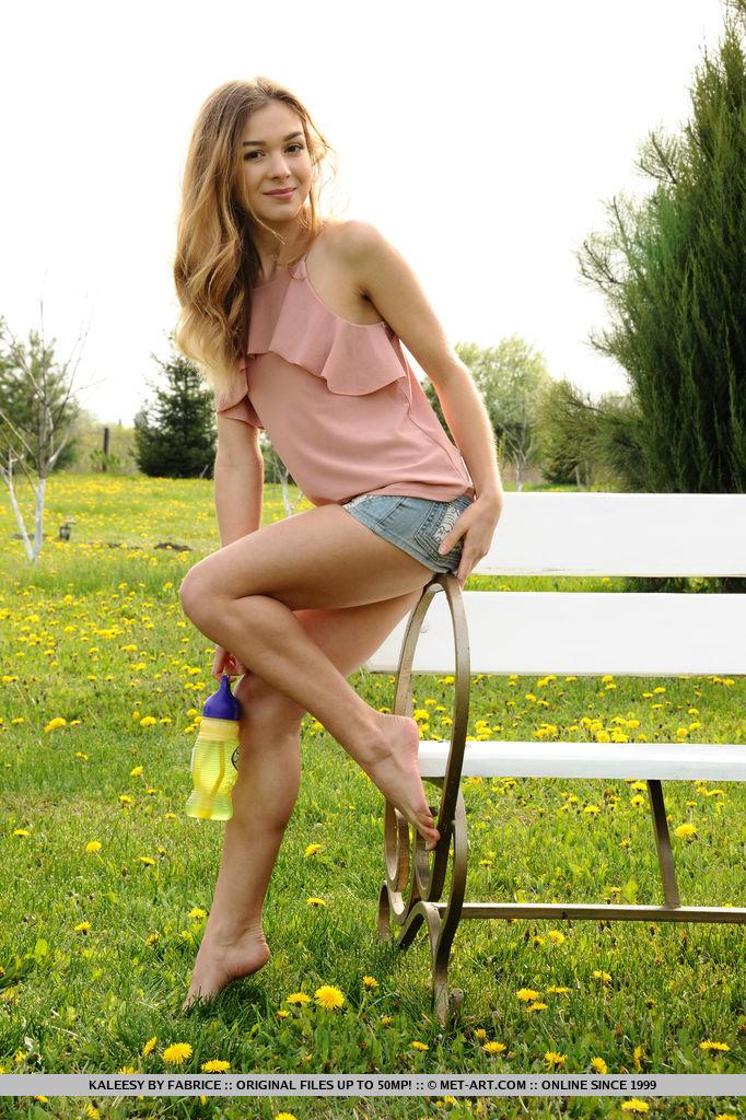 kaleesy-jeans-shorts-bench-nude-garden-metart-03
