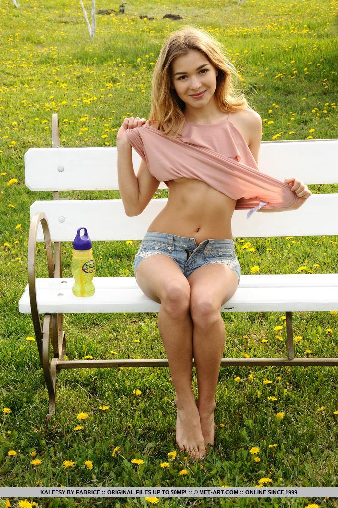 kaleesy-jeans-shorts-bench-nude-garden-metart-04