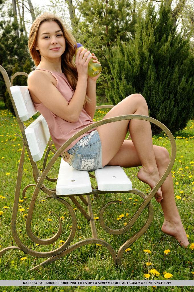 kaleesy-jeans-shorts-bench-nude-garden-metart-08