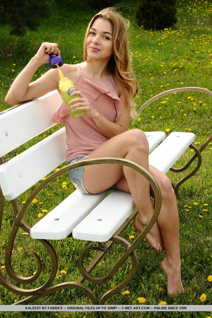 kaleesy-jeans-shorts-bench-nude-garden-metart-09