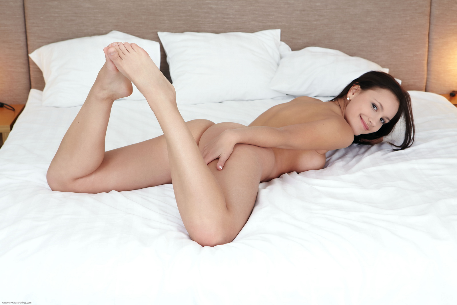vicky-naked-bedroom-cute-ass-errotica-archives-15