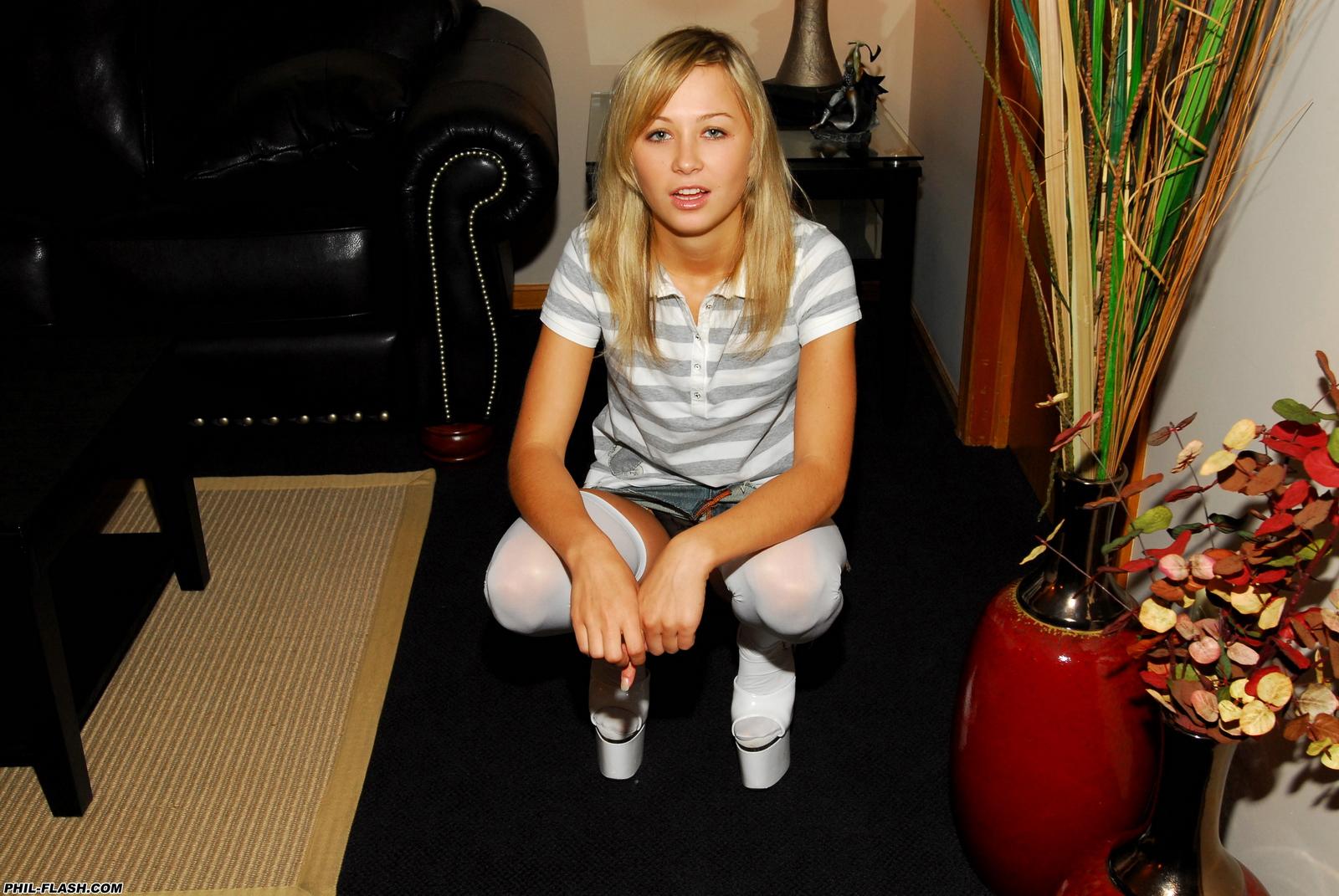 teen-kasia-blonde-naked-behind-the-scenes-phil-flash-53
