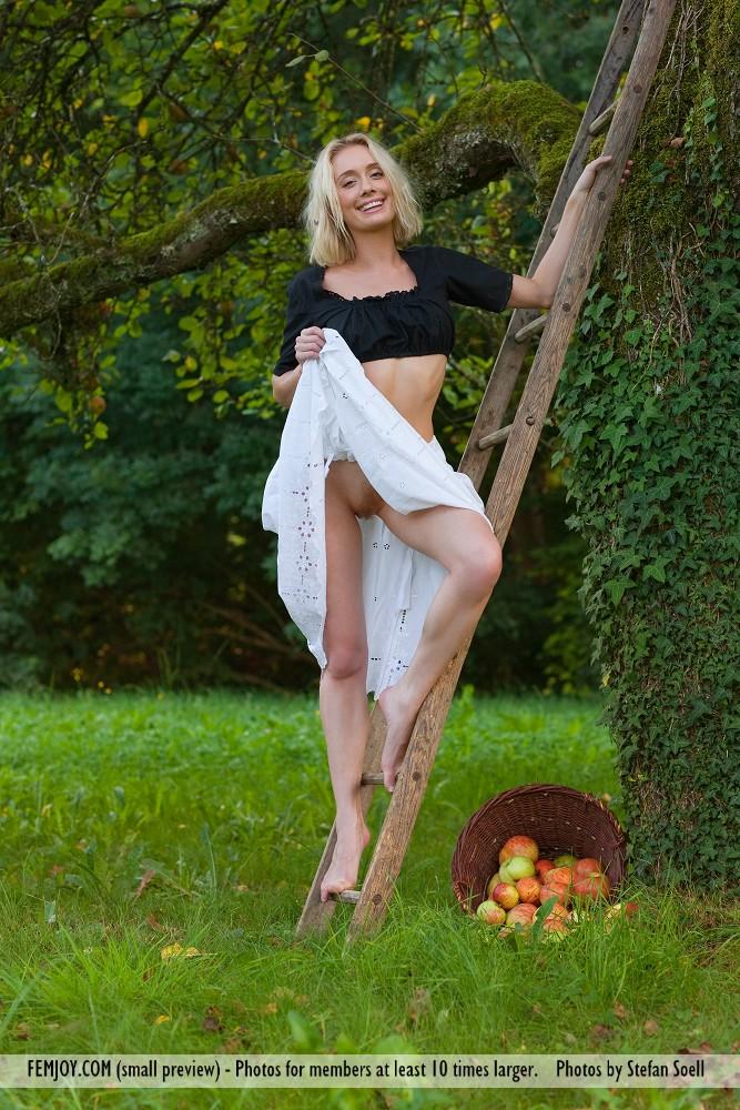 katy-blonde-apples-naked-femjoy-01