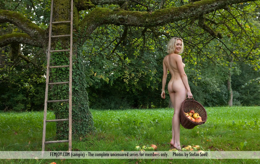 katy-blonde-apples-naked-femjoy-10
