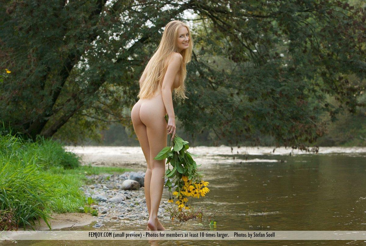 голые на реке утром видео и фото она