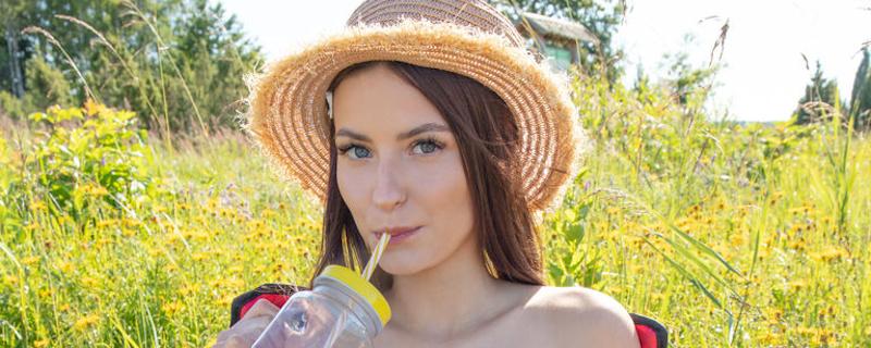 Kinky in straw hat