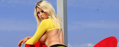 Kirsty in yellow leggings