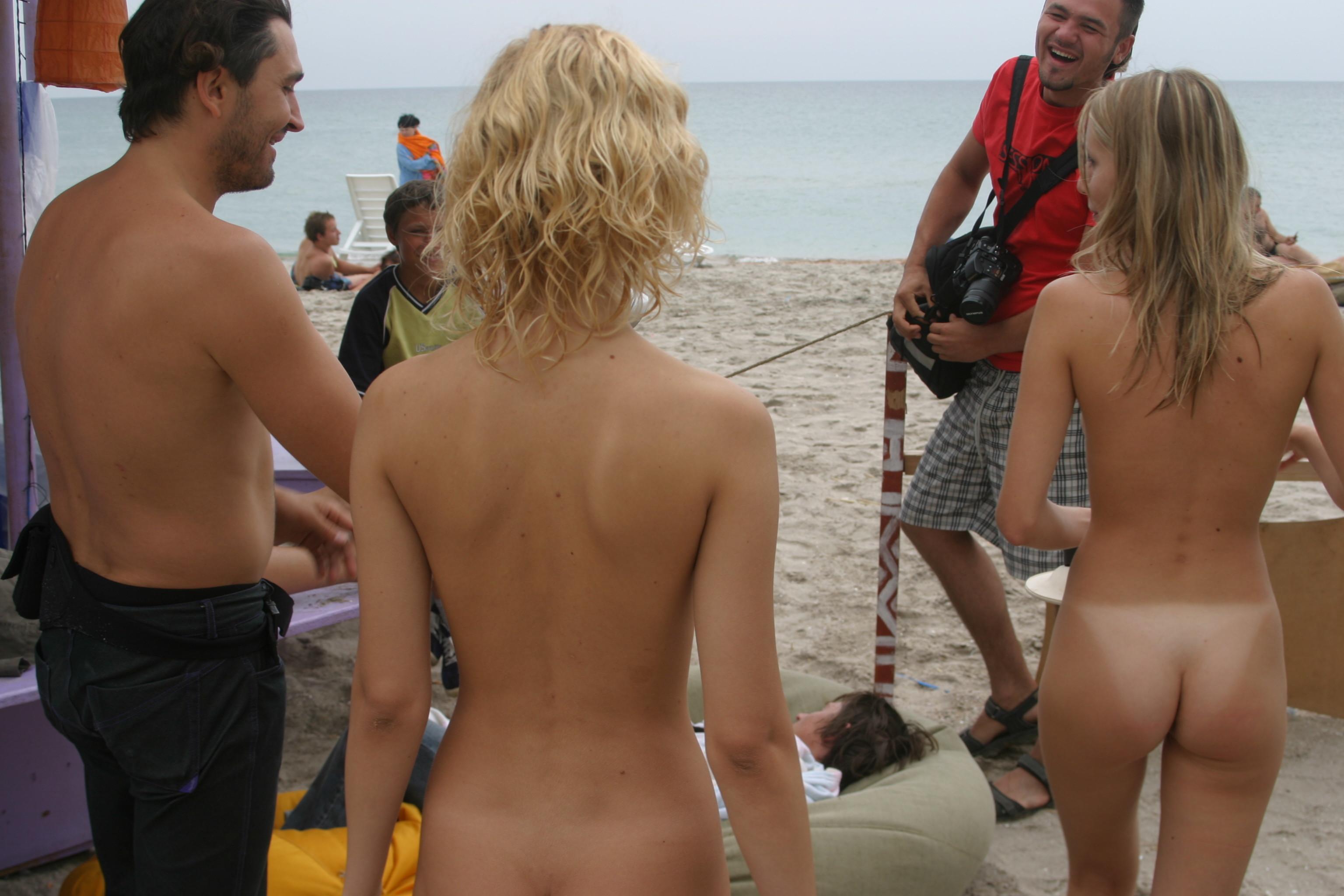vika-y-lena-l-beach-nude-in-public-metart-22