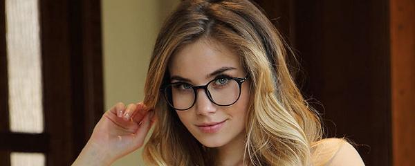 Lola Krit – Sexy glasses