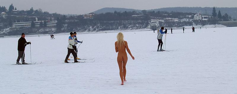 Lola – Nude winter walk