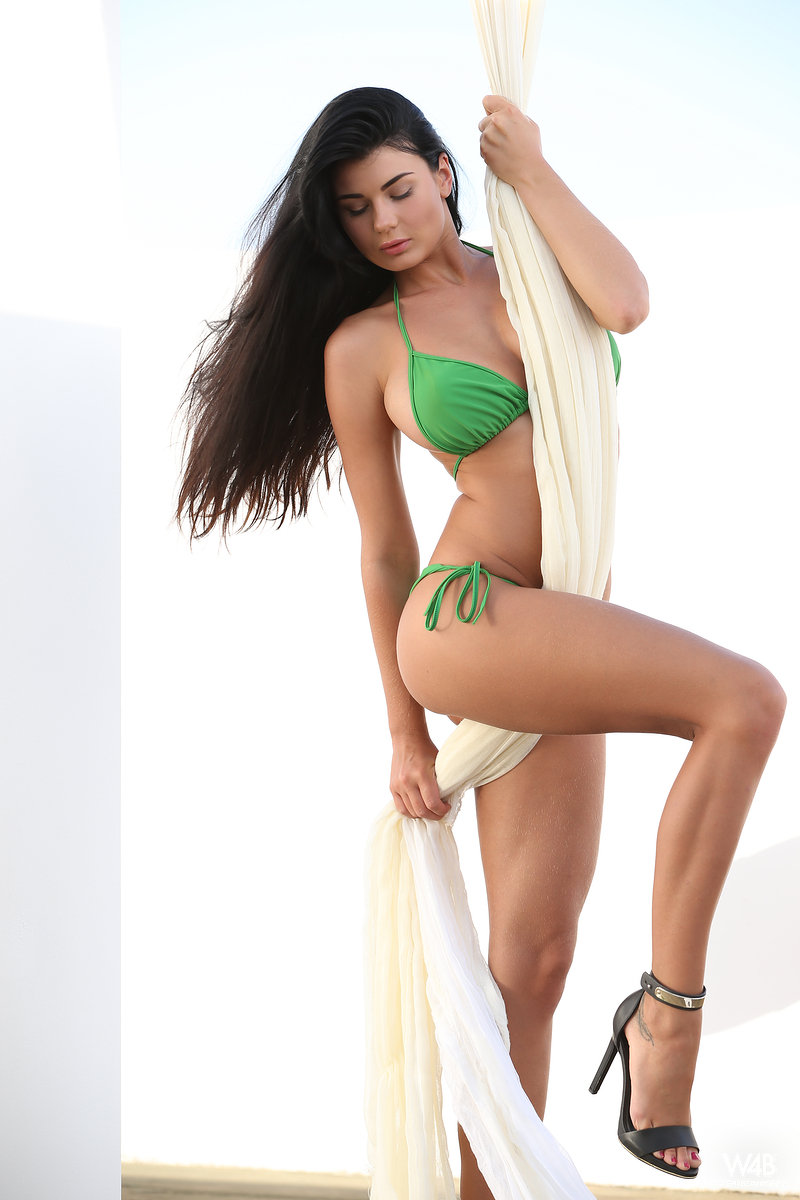lucy-hanging-bikini-boobs-watch4beauty-02