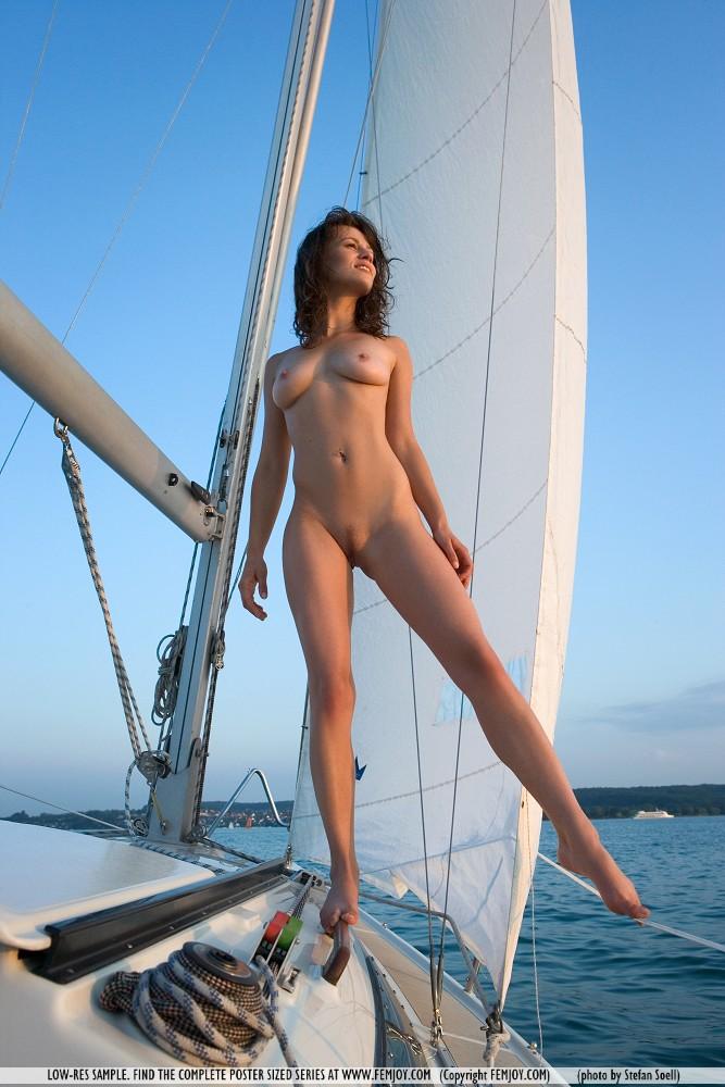Голые телки на яхте найти них