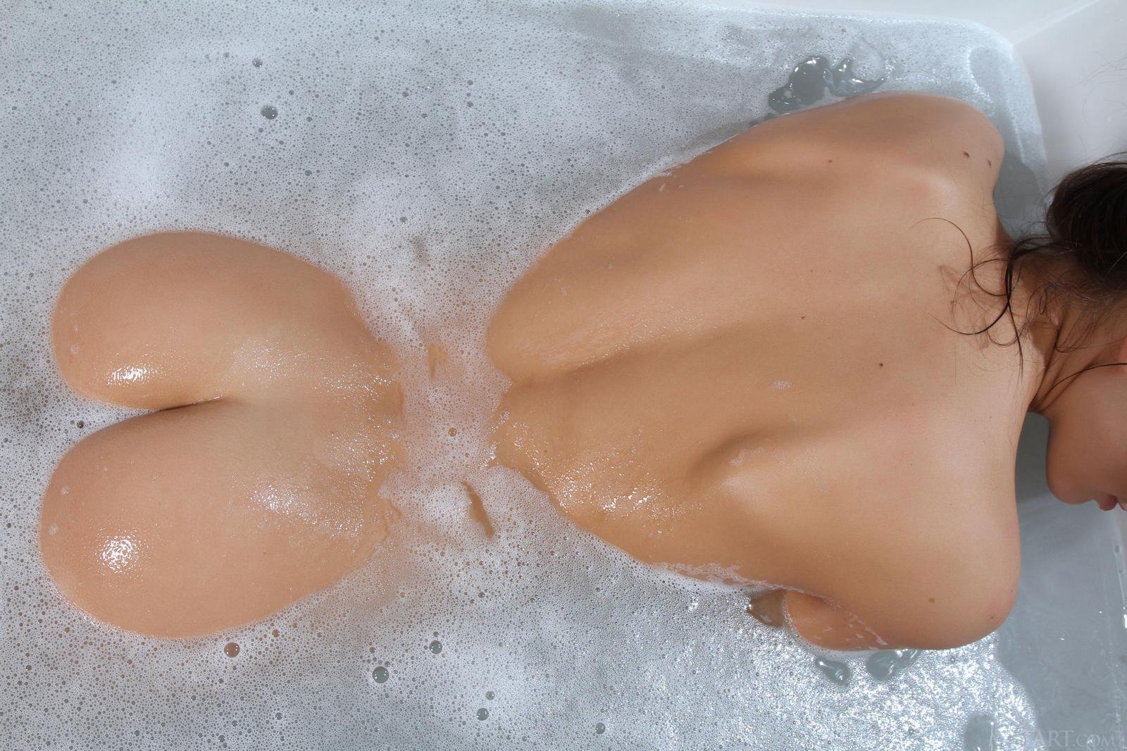 michaela-isizzu-naked-bath-wet-pussy-metart-24
