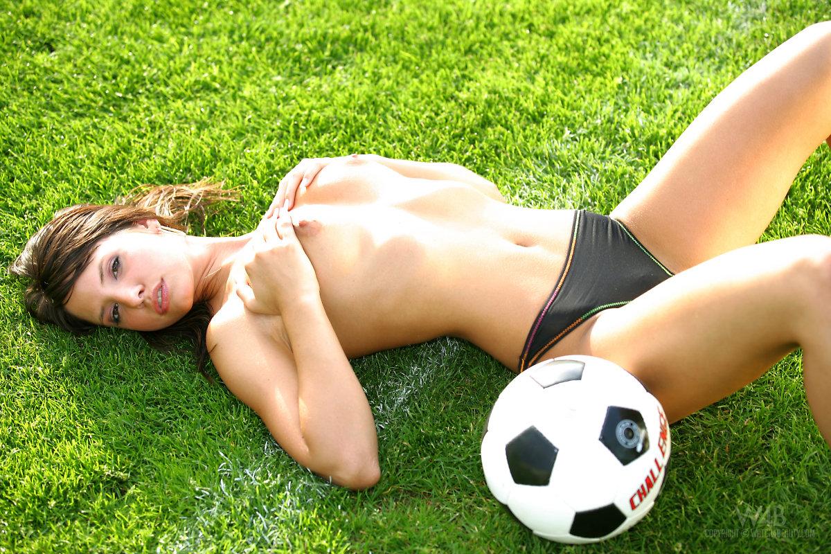 monika-vesela-soccer-w4b-09