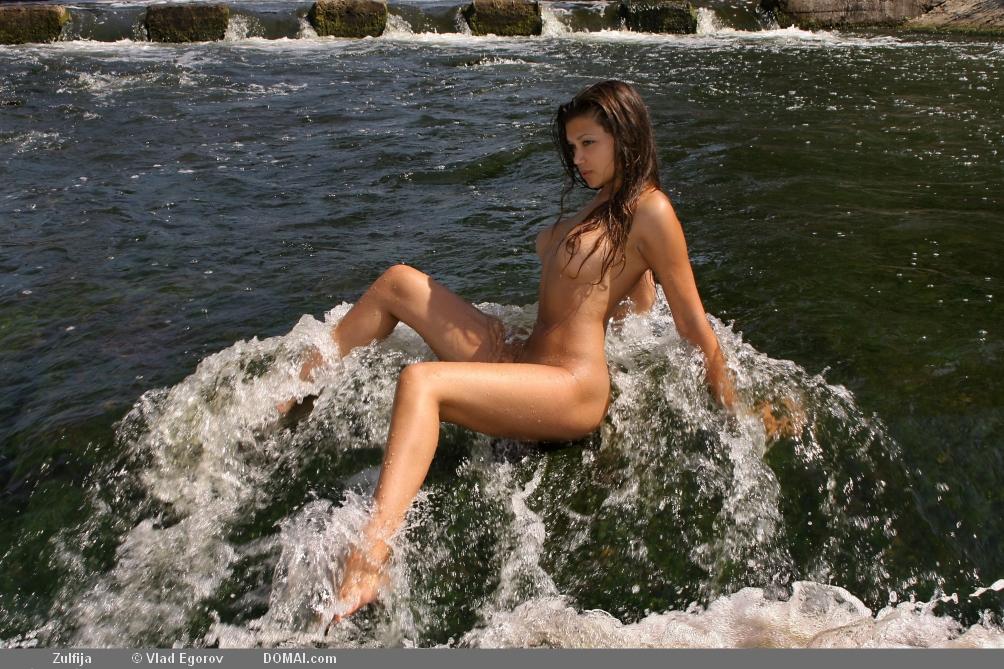 девушки купаются не снимая одежду видео любые твои