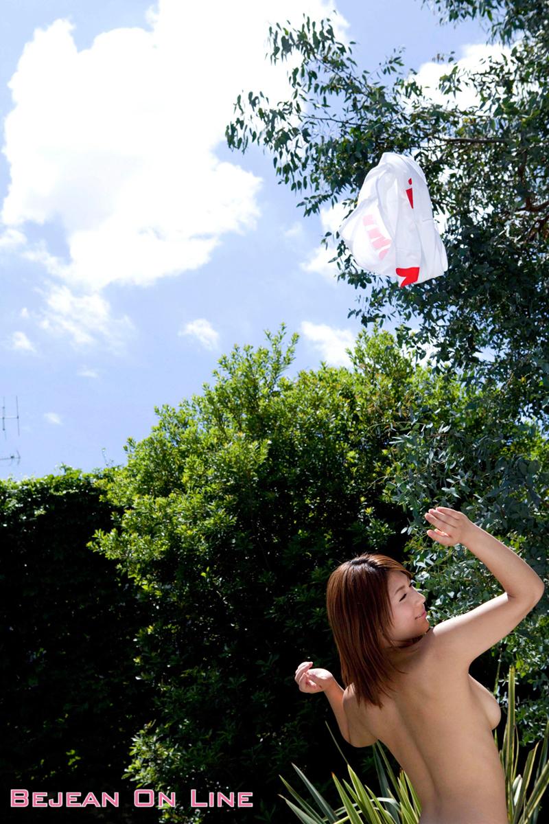 nami-hoshino-jeans-shorts-wet-backyard-naked-bejeanonline-10