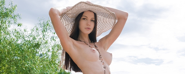 Natali – Nude in hat