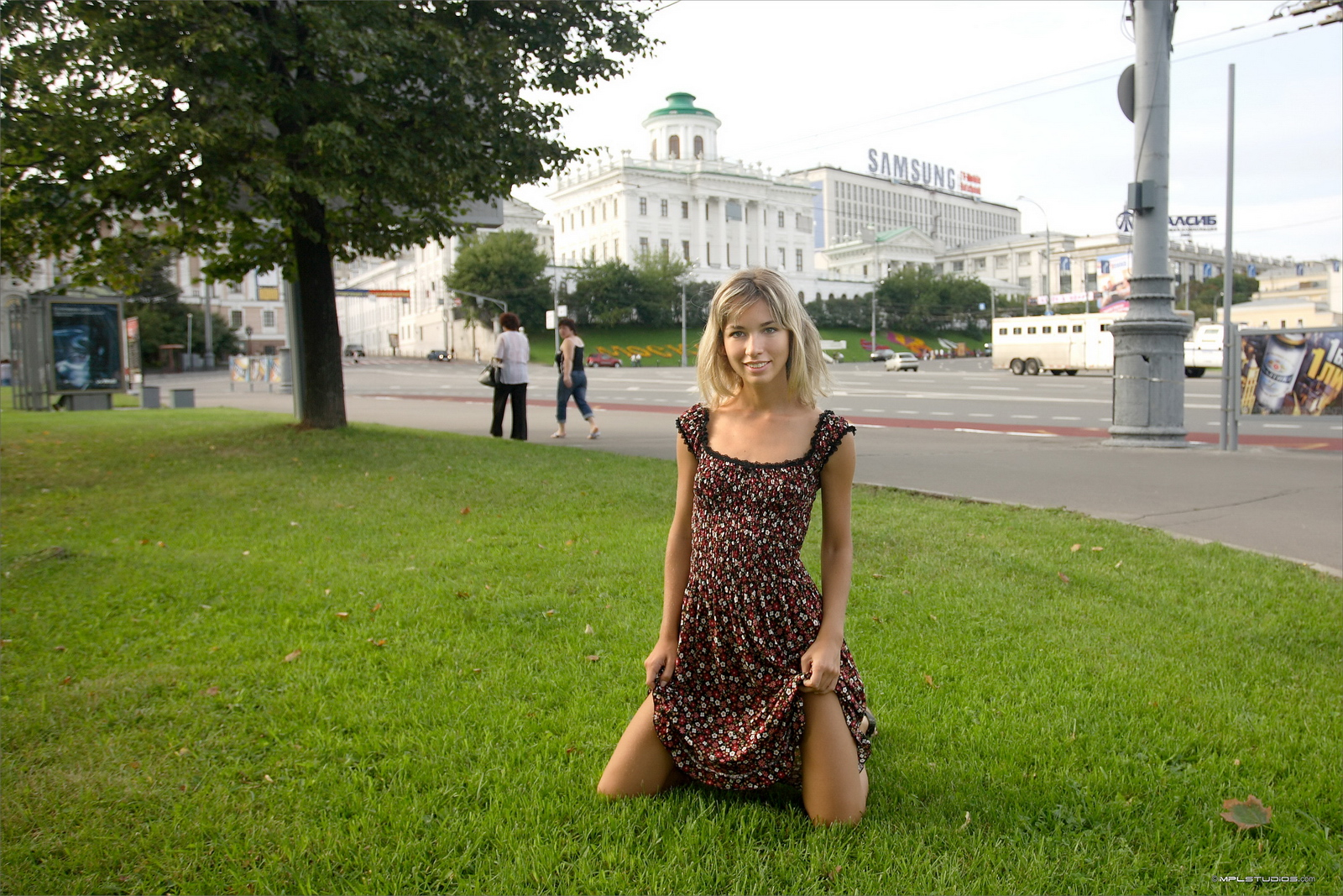https://redbust.com/stuff/natalia-postcard-from-moscow/lia-flash-in-public-moscow-slim-girl-mplstudios-17.jpg