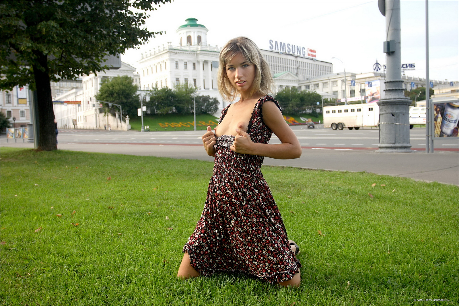 https://redbust.com/stuff/natalia-postcard-from-moscow/lia-flash-in-public-moscow-slim-girl-mplstudios-20.jpg