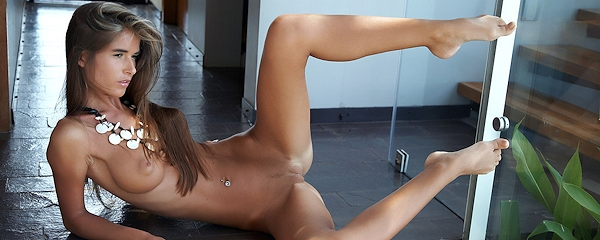 Nessa – Nude in necklace
