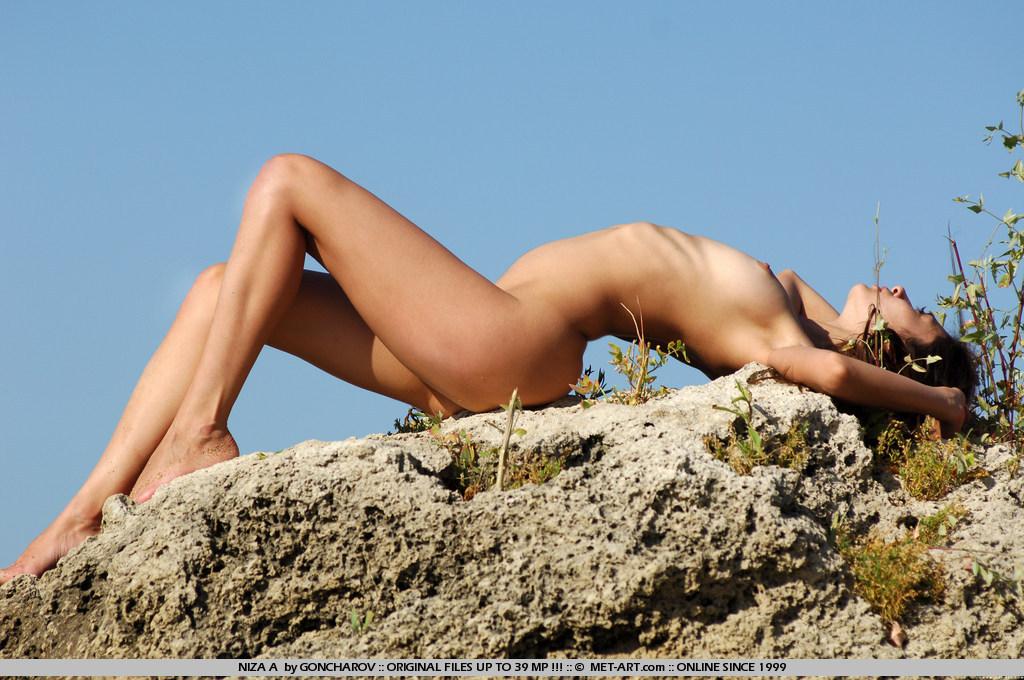 niza-a-nude-by-the-seaside-metart-03