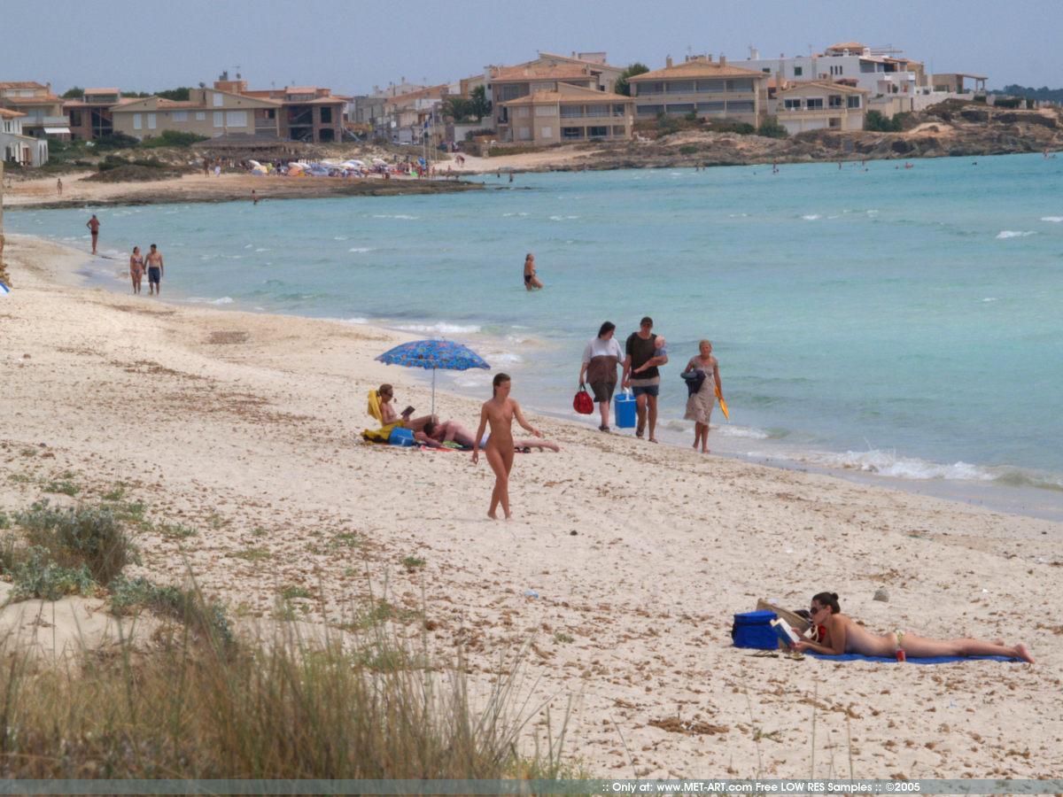 https://redbust.com/stuff/nude-beach-walk/jana-d-nude-in-public-beach-metart-12.jpg