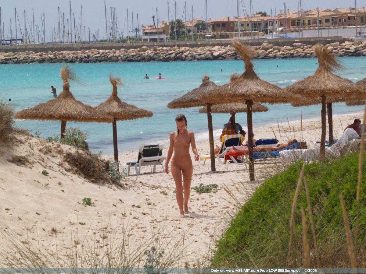 https://redbust.com/stuff/nude-beach-walk/jana-d-nude-in-public-beach-metart-14.jpg