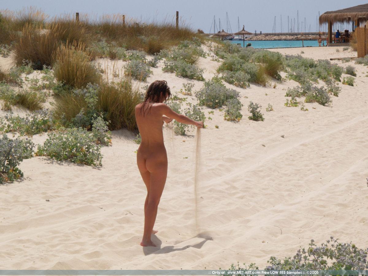 https://redbust.com/stuff/nude-beach-walk/jana-d-nude-in-public-beach-metart-17.jpg
