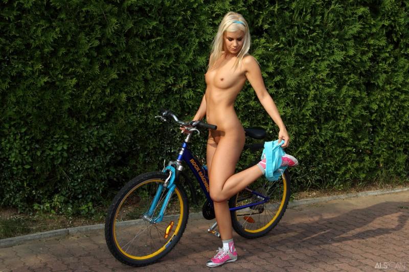 nudes ass skinny legs