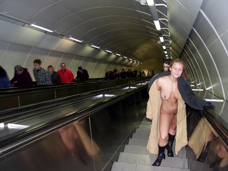 golie-zhenshini-v-metro-moskve-fotki-lyubitelskie-chastnoe-foto-zhenshin-s-ovoshami