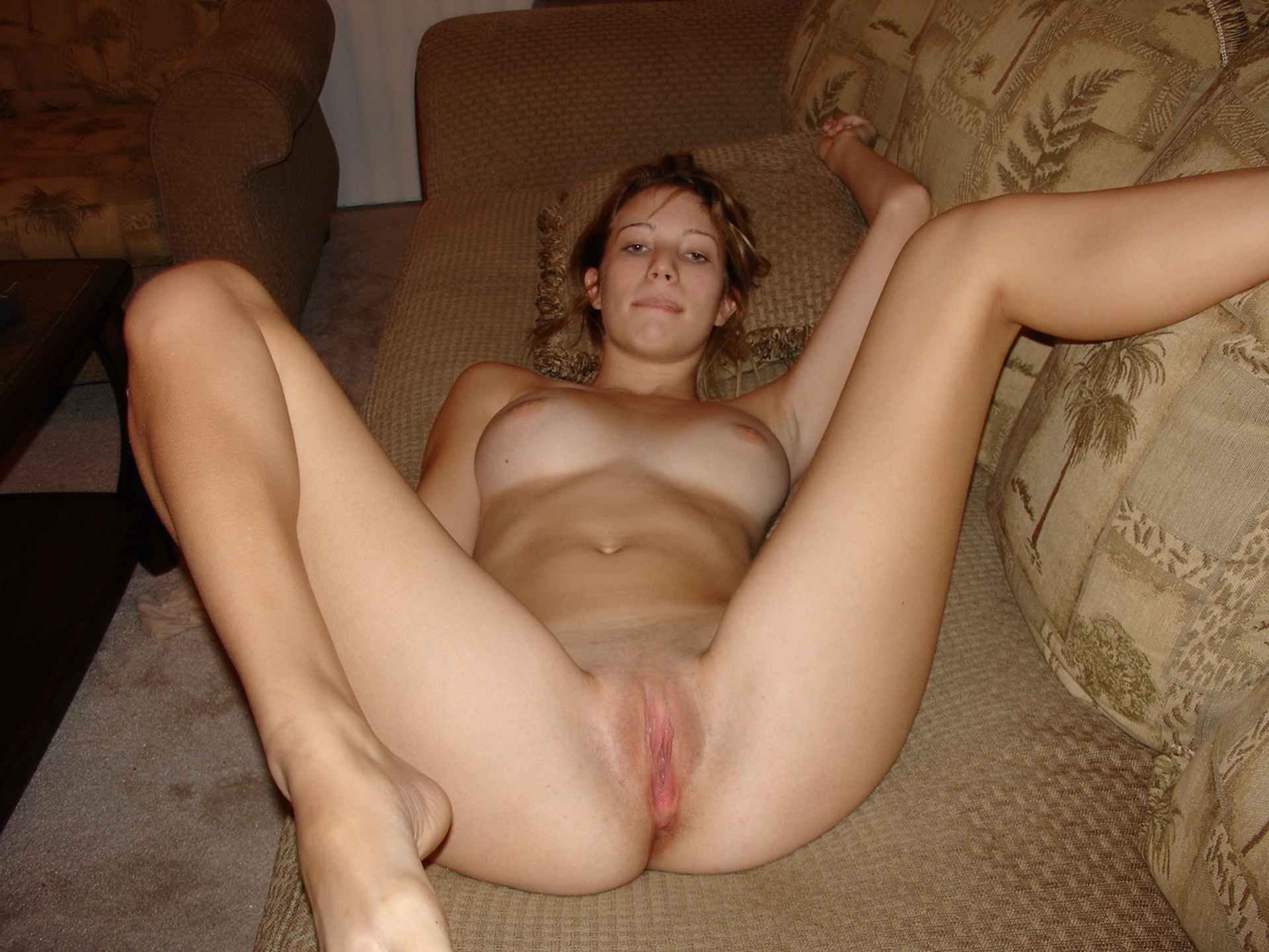 nude-young-amateur-girl-on-the-sofa-16