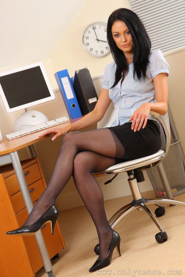 Фотоохота за ножками начальниц в офисах россии — photo 9