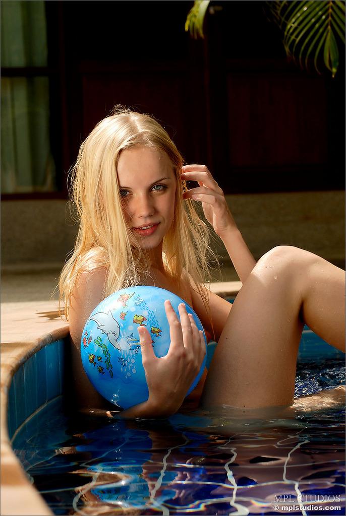 sarah-blonde-pool-naked-mplstudios-02
