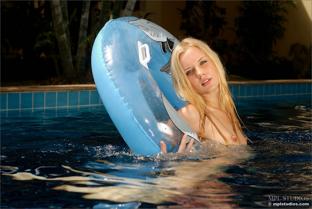 sarah-blonde-pool-naked-mplstudios-07