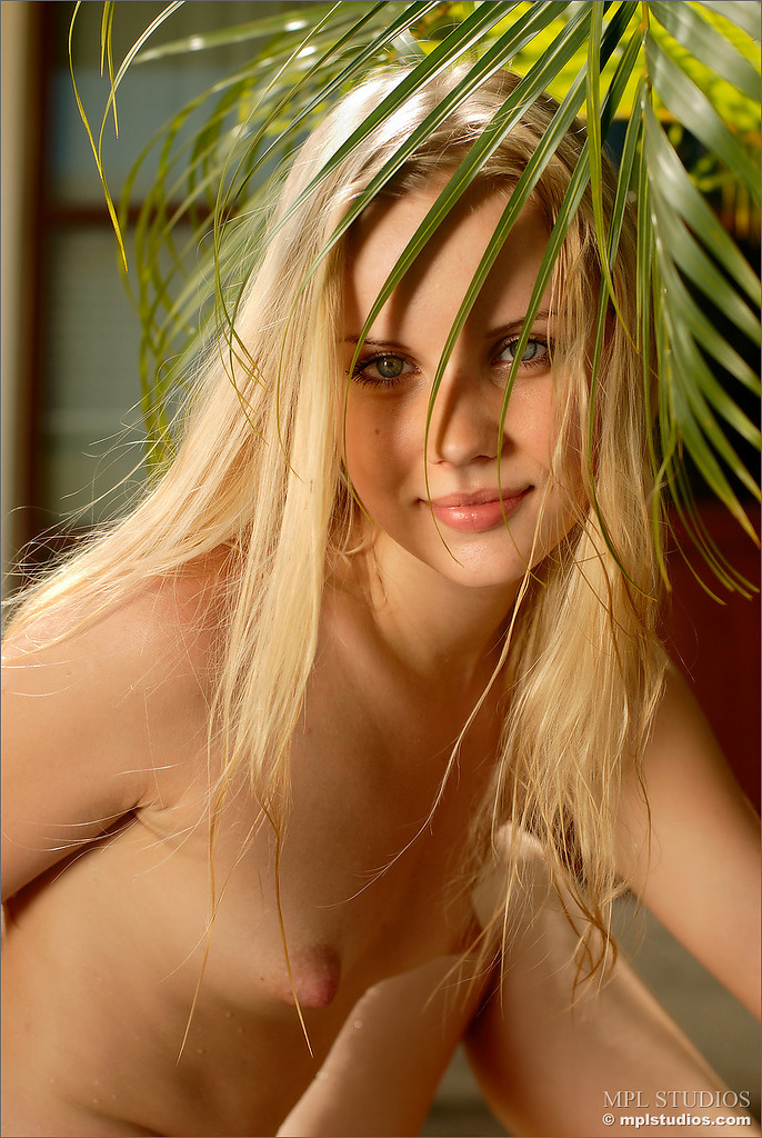 sarah-blonde-pool-naked-mplstudios-12