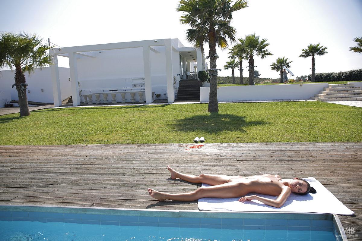 sapphira-naked-pool-skinny-watch4beauty-01