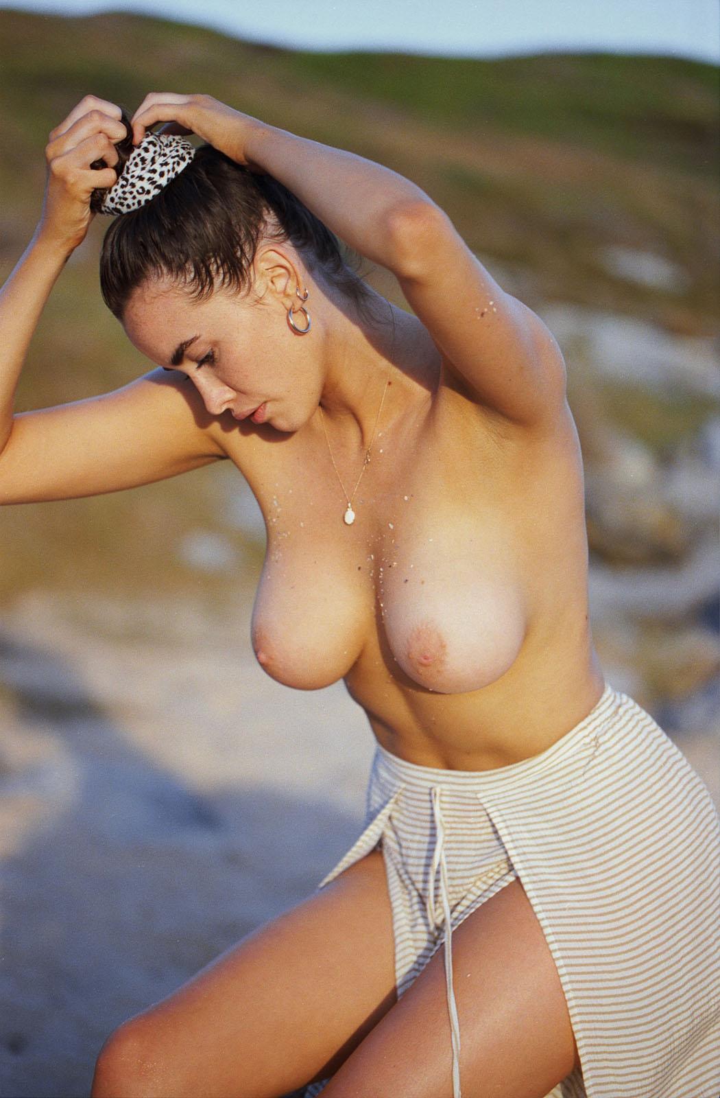 sarah-stephens-seaside-erotic-photo-by-cameron-mackie-32