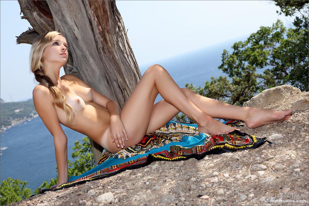 sienna-view-of-bay-naked-metart-04