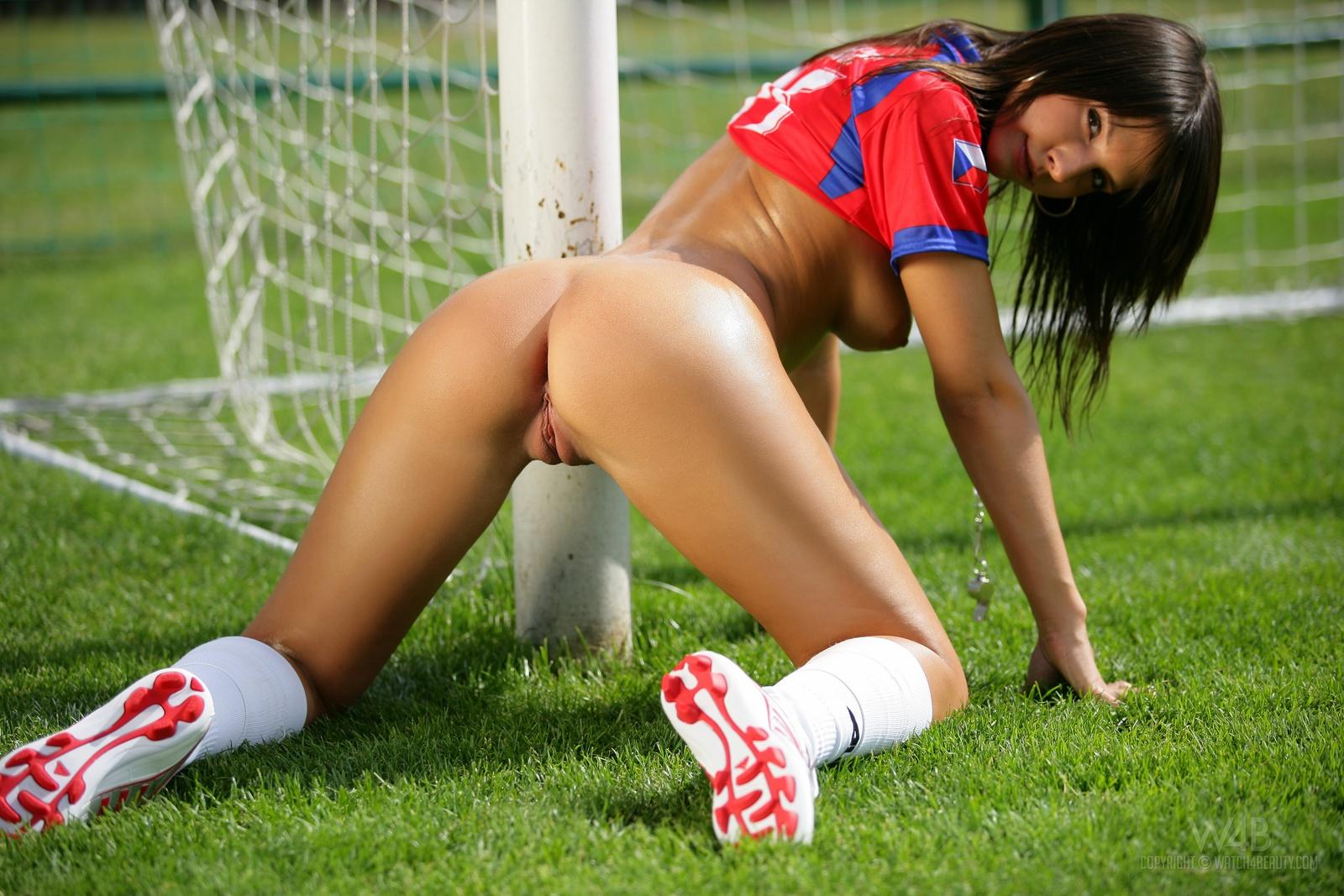 фото девушки футболистки показывающей пизду находящиеся