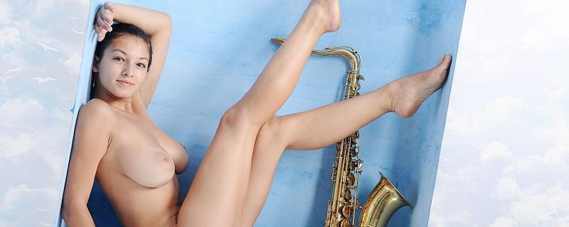 Sofi – Busty saxophonist
