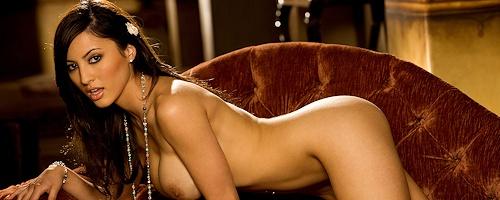 Talia Kristin on chaise longue