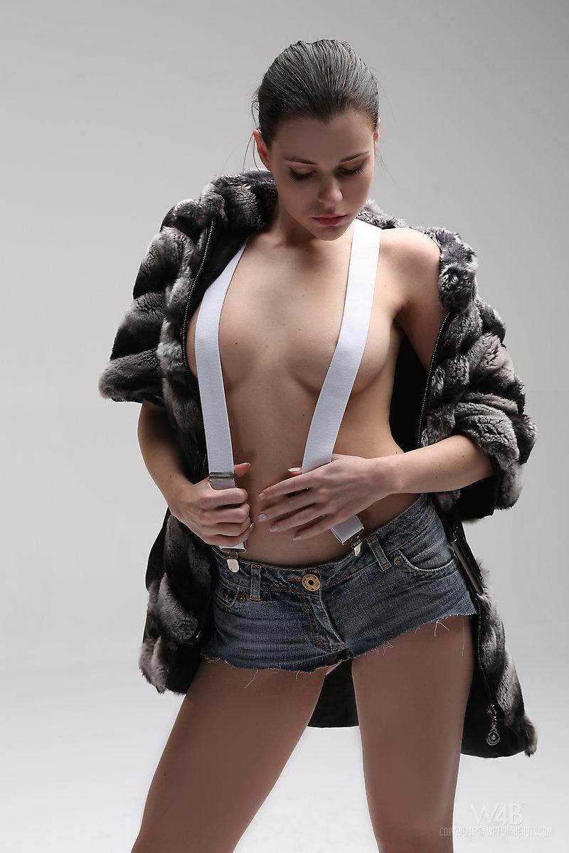 valeria-suspenders-shorts-nude-watch4beauty-01