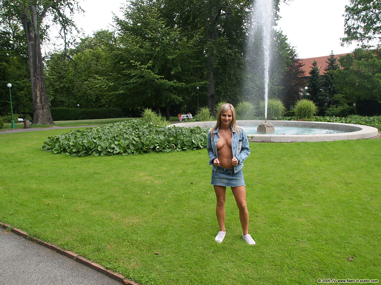 vendula-bednarova-jeans-miniskirt-flash-in-public-07