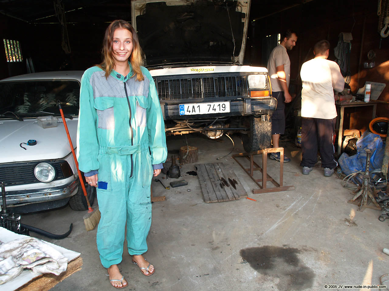 veronika-e-junkyard-cars-mechanic-nude-in-public-01