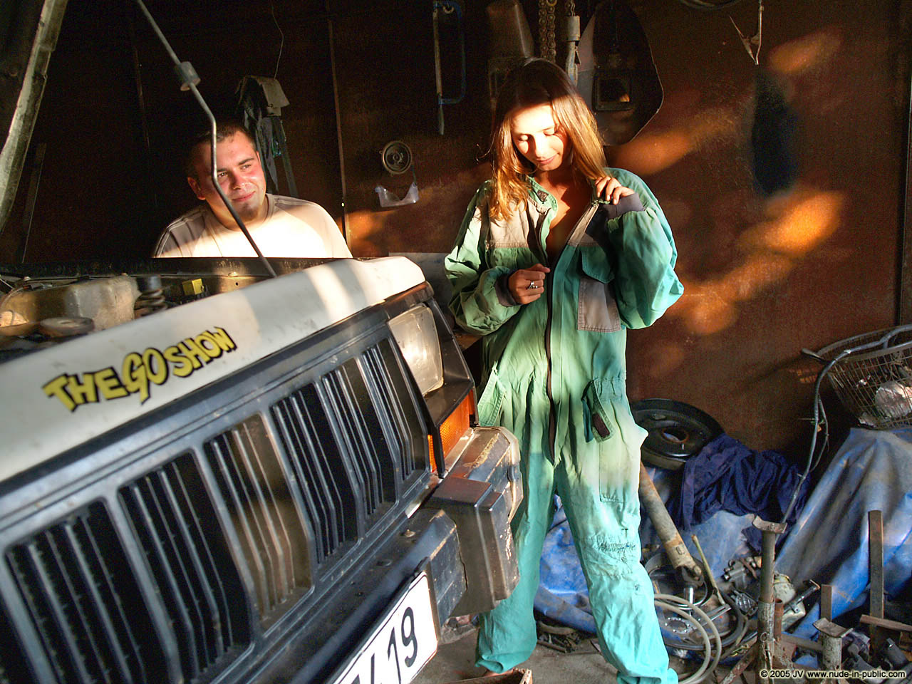 veronika-e-junkyard-cars-mechanic-nude-in-public-02