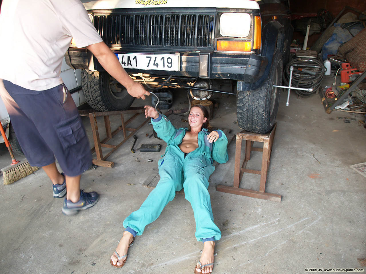 veronika-e-junkyard-cars-mechanic-nude-in-public-03