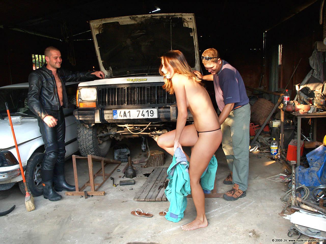 veronika-e-junkyard-cars-mechanic-nude-in-public-05